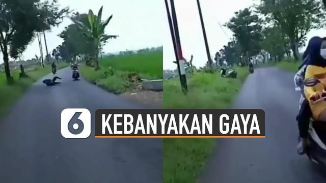 Ada-ada saja tingkah pria satu ini ketika mengendarai motor dengan cara berdiri di atas joknya. Akhirnya jatuh dan nyungsep.