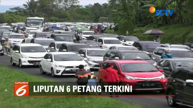Imbas dari membludaknya ribuan kendaraan wisatawan yang ke kawasan Puncak, polisi memberlakukan sistem rekayasa satu arah ke arah puncak selama delapan jam lamanya.