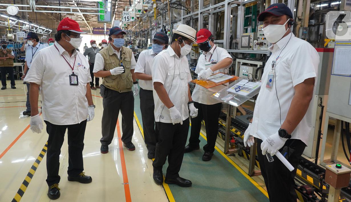 Dirjen KPAII Kemenperin Eko SA Cahyanto (tiga kanan), didampingi Wakil Presdir PT Toyota Motor Manufacturing Indonesia (TMMIN) Nandi Julyanto, Direktur  Corporate Affairs Bob Azam, dan Direktur Manufacturing I Nyoman Winaya di Pabrik Karawang 3 TMMIN, Jumat (30/7/2021). (Liputan6.com/HO/Job)