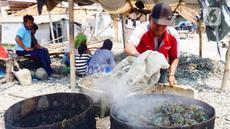 Pekerja menyelesaikan proses perebusan kerang hijau di Kawasan Dadap, Kecamatan Kosambi, Kabupaten Tangerang, Rabu (22/9/2021). Kerang hijua tersebut dijual dengan harga Rp 20 ribu per kilogramnya di wilayah Tangerang Raya.. (Liputan6.com/Angga Yuniar)