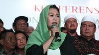Putri Gus Dur, Yenny Wahid membacakan deklarasi dukungan saat konferensi pers Konsorsium Kader Gus Dur di Jakarta, Rabu (26/9). Yenny mengatakan mereka mencari pemimpin yang tidak berjarak dengan masyarakat dan mau bekerja. (Liputan6.com/Herman Zakharia)