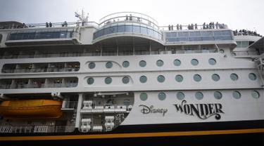 Penampilan kapal pesiar Disney Wonder yang melintasi terusan Panama, Panama (29/4). Kapal milik Disney ini merupakan kapal pesiar pertama yang melintasi terusan Panama. (AFP Photo/Rodrigo Arangua)