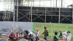 Pejalan kaki melintasi pedagang kaki lima (PKL) di depan Terminal Depok, Jawa Barat, Kamis (17/1). Trotoar Terminal Depok tidak bisa digunakan pejalan kaki menjelang sore lantaran diokupasi PKL. (Liputan6.com/Herman Zakharia)