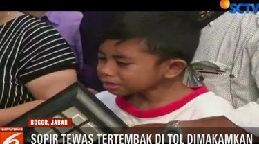 Ketiga anak korban tak kuasa menahan sedih dan sempat berteriak memanggil sang ayah saat proses pemakaman.