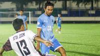 Aksi pemain muda PSIS Semarang, Adhitya Jorry (biru) dalam sebuah pertandingan di Stadion Citarum, Semarang. (Bola.com/Vincentius Atmaja)
