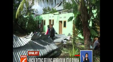 Tidak hanya rumah, angin juga menumbangkan sejumlah pohon dan tiang listrik.