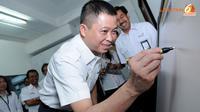 Dirut PT KAI -Ignatius Jonan saat menandatangai peresmian E- Ticketing Monitor Center (Liputan6.com/Faisal R Syam)
