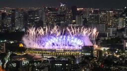 Kembang api menerangi Stadion Nasional saat upacara pembukaan Olimpiade Tokyo 2020, Jumat (23/7/2021). (Foto: AP/Kiichiro Sato)