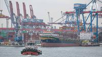 Sebuah kapal melintas di Pelabuhan Tanjung Priok, Jakarta, Minggu (11/1/2021). Berdasarkan data yang dirilis Bank Indonesia (BI), meningkat dari capaian pada periode yang sama 2019 yang mengalami defisit 3,51 miliar dolar AS. (Liputan6.com/Faizal Fanani)