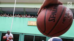 Mantan pemain NBA Jason Richardson melatih siswa-siswi pada program coaching clinic dan NBA Cares yang digelar Jr. NBA Indonesia di SMAN 82 Jakarta, Kamis (28/9). Jason Richardson merupakan Juara kontes slam dunk NBA 2002 dan 2003. (Liputan6.com/Fery Pradolo)