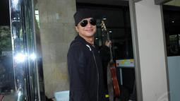 Dengan mengenakan baju bewarna hitam dan membawa gitar Dik Doank tiba di gedung KPK sekitar pukul 13.15 WIB. Jumat (25/7/14) (Liputan6.com/Faisal R Syam)