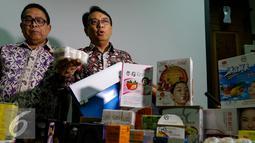 Kepala BPOM, Roy Sparringa menunjukam salah satu produk kosmetika yang diamankan Badan POM, Jakarta, Jumat (6/11/2015). Selain kosmetika berbahaya, BPOM juga mengamankan kosmetika palsu ber merk terkenal. (Liputan6.com/Yoppy Renato)