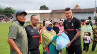 Pemain asing PSS Sleman saat memberikan bantuan kepada warga Plumbon, Tawangmangu, Kabupaten Karanganyar, Jumat (13/11/2020). (Bola.com/Vincentius Atmaja)