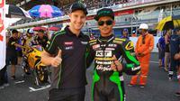 Pemegang tiga gelar juara dunia Superbike, Jonathan Rea (kiri), mau naik kelas ke MotoGP jika mendapat tawaran dari tim pabrikan. (Bola.com / Muhammad Wirawan Kusuma)