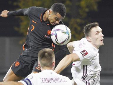Belanda berhasil mencuri kemenangan saat bertandang ke markas Latvia pada laga lanjutan Kualifikasi Piala Dunia 2022 zona Eropa Grup G, Daugava Stadium, Sabtu (9/10/2021). (AP/Roman Koksarov)