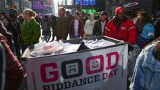 Tempat sampah yang penuh kertas berisi kenangan pahit selama kegiatan Good Riddance Day ke-13 tahunan di Times Square, New York, 28 Desember 2019. Kegiatan menjelang tahun baru tersebut menjadi tradisi untuk menghapus kenangan buruk selama satu tahun. (Kena Betancur / AFP)