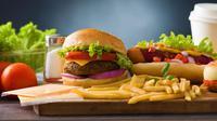 Sampai Usia Berapa Aman Konsumsi Makanan Cepat Saji? (Wong yu liang/Shutterstock)