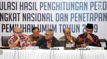 Ketua KPU RI, Arief Budiman (tengah) memimpin rapat Rekapitulasi Hasil Penghitungan Perolehan Suara Tingkat Nasional dan Penetapan Hasil Pemilu Tahun 2019, Jakarta, Sabtu (18/5/2019). Rapat membahas dan menetapkan perolehan suara dari Papua Barat dan DKI Jakarta. (Liputan6.com/Helmi Fithriansyah)
