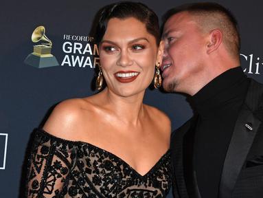 Penyanyi Jessie J dan aktor Channing Tatum menghadiri Pre-Grammy Gala dan acara penghormatan untuk ikon industri musik di Beverly Hills, California, Minggu (25/1/2020). Dua bulan setelah putus, kini Jessie J dan  Channing Tatum kembali memamerkan kemesraan mereka di red carpet. (Mark RALSTON/AFP)