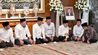 Presiden Jokowi menyambangi kediaman Ketua Mahmakah Agung (MA) Hatta Ali.  (Liputan6.com/Lizsa Egeham)
