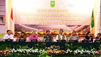 Gubernur Riau Syamsuar (tiga dari kiri) mengikuti rapat koordinasi penanggulangan Karhutla Riau. (Liputan6.com/M Syukur)