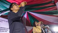 Presiden Madagaskar, Andry Rajoelina meminum CVO yang diklaim dapat menyembuhkan Covid-19 di Antananarivo, Madagaskar (20/4/2020). Artemisia annua salah satu tanaman herbal dari Madagaskar yang sudah lama dikenal sebagai obat malaria. (AFP/Rijasolo)