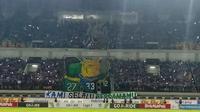 Viking memberikan dukungan pada Bonek dan Kota Surabaya lewat koreo saat laga Persib vs PSM di Stadion GBLA, Bandung, Rabu (23/5/2018). (Bola.com/Muhammad Ginanjar)