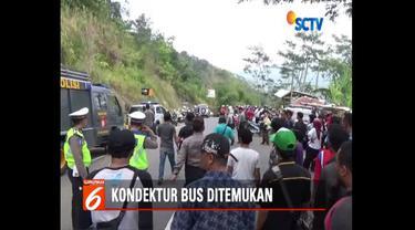 Adam, kondektur bus maut Cikadang, Sukabumi, ditemukan warga di tepi Sungai Citarik. Ia melarikan diri usai lihat banyak korban tewas.