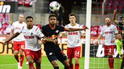 Gelandang RB Leipzig, Christopher Nkunku, berebut bola dengan pemain Koln, Ismail Jakobs, pada laga Bundesliga di Stadion Rhein Energie, Senin (1/6/2020). RB Leipzig menang dengan skor 4-2. (AP/Ina Fassbender)
