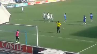 Video aksi Roderick Mutuma dan Valentine Ndaba dari klub Dynamos FC asal Zimbabwe mencoba meniru penalti yang dilakukan Lionel Messi dengan Luis Suarez.
