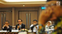Ketua Kelompok Kerja Industri Pertanian dan Kehutanan KEIN Benny Pasaribu (dua kiri) memberi pemaparan saat FGD di Jakarta, Senin (29/4/2019). FGD membahas strategi permodalan yang berkelanjutan dalam pengembangan agribisnis padi. (Liputan6.com/Angga Yuniar)