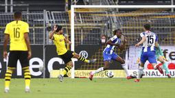 Pemain Borussia Dortmund, Emre Can, mencetak gol ke gawang Hertha Berlin pada laga Bundesliga di Stadion di Signal Iduna Park, Sabtu (6/6/2020). Borussia Dortmund menang 1-0 atas Hertha Berlin. (AP/Lars Baron)