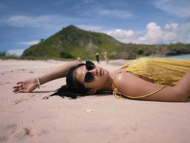 Hana Saraswati, pemeran Flora di mini seri Cinta Nikita ini memang sangat menyukai berlibur di pantai. Seperti saat ia melepas penat dengan tiduran di pasir pantai Pink Beach, Pulau Komodo. Dengan pakaian kuning dan berkacamata, Hana terlihat sangat rileks dan tenang. (Liputan6.com/IG/@hananaho)