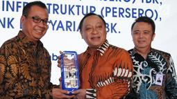 Direktur Utama AP 1 Faik Fahmi (kiri) memberikan cindera mata kepada Dirut BTN Maryono (tengah) usai  penandatanganan perjanjian kredit korporasi senilai Rp.2 Triliun (non revolfing) di Jakarta, Selasa (18/12). (Liputan6.com/HO/Suryo)