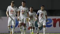 Pemain PS Sleman, Saddam Emiruddin Gaffar (kedua dari kiri) mendapatkan selamat dari rekan satu tim usai menjebol gawang Persib Bandung dalam laga leg kedua semifinal Piala Menpora 2021 di Stadion Manahan, Solo, Senin (19/4/2021). PS Sleman bermain imbang