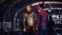 Jake Gyllenhaal (kiri) sebagai Mysterio dan Tom Holland (kanan) sebagai Peter Parker si Manusia Laba-laba di film terbaru Marvel Spider-Man: Far From Home