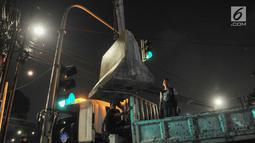 Sebuah pembatas beton dipasang di perempatan Jalan Imam Bonjol, Jakarta Pusat, Senin (20/5/2019). Menjelang pengumuman hasil Pemilu 2019 puluhan personel gabungan Polisi dan Brimob juga telah bersiaga di sekitar kantor KPU. (merdeka.com/Iqbal S Nugroho)