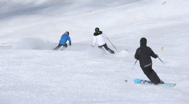 Pemain ski menuruni lereng di resor ski Dizin, sebelah utara ibu kota Tehran, Iran, Kamis (8/3). Iran, negara Timur Tengah yang terkenal dengan keganasan padang pasir ini memiliki wahana wisata ski es menakajubkan. (AP Photo/Vahid Salemi)