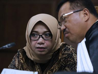 Terdakwa dugaan suap kesepakatan kontrak kerja sama PLTU Riau-1, Eni Maulani Saragih (kiri) menyimak keterangan saksi pada sidang lanjutan di Pengadilan Tipikor, Jakarta, Selasa (11/12). Sidang mendengar keterangan saksi. (Liputan6.com/Helmi Fithriansyah)