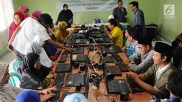 Seorang instruktur mengajarkan penyandang tunanetra belajar mengoperasikan komputer di Makfufin Raudlatul, Serpong, Tangerang Selatan, Banten (3/5). Pelatihan komputer khusus ini digelar oleh Dinas Sosial Kota Tangerang Selatan. (Merdeka.com/Arie Basuki)