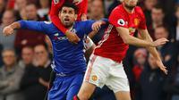 Penyerang Chelsea, Diego Costa berebut bola udara dengan pemain MU, Chris Smalling dan Daley Blind pada Liga Inggris di Stadion Stamford Bridge, London, Inggris (23/10). Chelsea menang atas MU dengan skor akhir 4-0. (Reuters/Eddie Keogh)