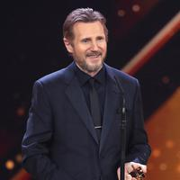 Aktor AS Liam Neeson memberi ucapan saat menerima penghargaan dalam acara Golden Camera di Hamburg, Jerman (22/2). Liam Neeson menerima penghargaan atas karirnya di dunia perfilman. (Christian Charisius / POOL / AFP)