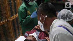 Suasana khitanan massal yang bertajuk Khitanan Anak Soleh di Gedung Graha Askrindo Kemayoran, Jakarta, Sabtu (3/2/2021). Sebanyak 200 anak dari wilayah Jabodetabek dan pegawai alih daya dikhitan dalam rangkaian perayaan HUT ke-50 Askrindo. (Liputan6.com/Pool)