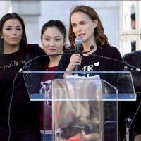 Natalie Portman mengenakan kaos hitam bertuliskan Time's Up yang dipadukan dengan outer hitam (instagram/girls.irl)