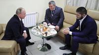 Presiden Rusia Vladimir Putin bertemu dengan Khabib Nurmagomedov dan ayahnya di Moskow (AP/Mikhail Klimentyev)