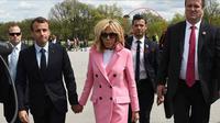 Paspampres ganteng di belakang Presiden Prancis Emmanuel Macron dan istrinya saat berkunjung ke Amerika Serikat. (AFP)