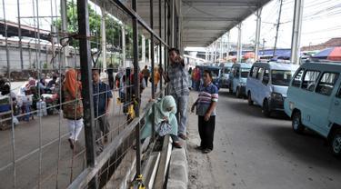 Pejalan kaki melintasi pagar pembatas di Jalan Jatibaru, Tanah Abang, Jakarta, Selasa (23/10). Belum selesainya pembangunan Skybridge Tanah Abang menyebabkan banyak PKL dan angkot mangkal di Jalan Jatibaru. (Merdeka.com/Iqbal Nugroho)