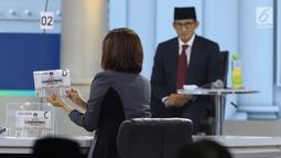 Putri Ayuningtyas selaku moderator membacakan materi debat cawapres 2019 di Hotel Sultan, Jakarta, Minggu (17/3). Debat itu mengangkat tema pendidikan, kesehatan, ketenagakerjaan, sosial dan budaya. (Liputan6.com/Johan Tallo)
