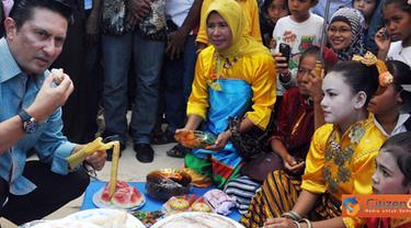 Citizen6, Sulawesi Tenggara: Dalam acara ini Menteri Kelautan dan Perikanan, Fadel M ikut mencicipi makanan tradisional masyarakat Wakatobi yang di gelar pada acara tersebut. (Pengirim: Efrimal Bahri)