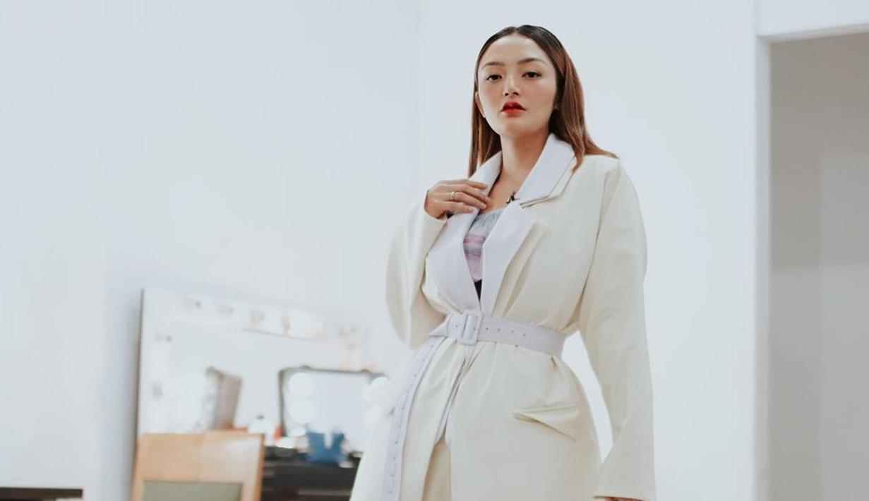 Penampilan Siti Badriah tak jarang mencuri perhatian. Tak selalu pakai busana yang glamor, pedangdut asal Bekasi ini juga tetap elegan meski memakai outfit jas serba putih seperti ini. (Liputan6.com/IG/@sitibadriahh)